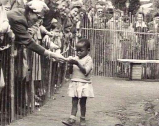 Criança africana exibida numa espécie de zoológico, na Bélgica