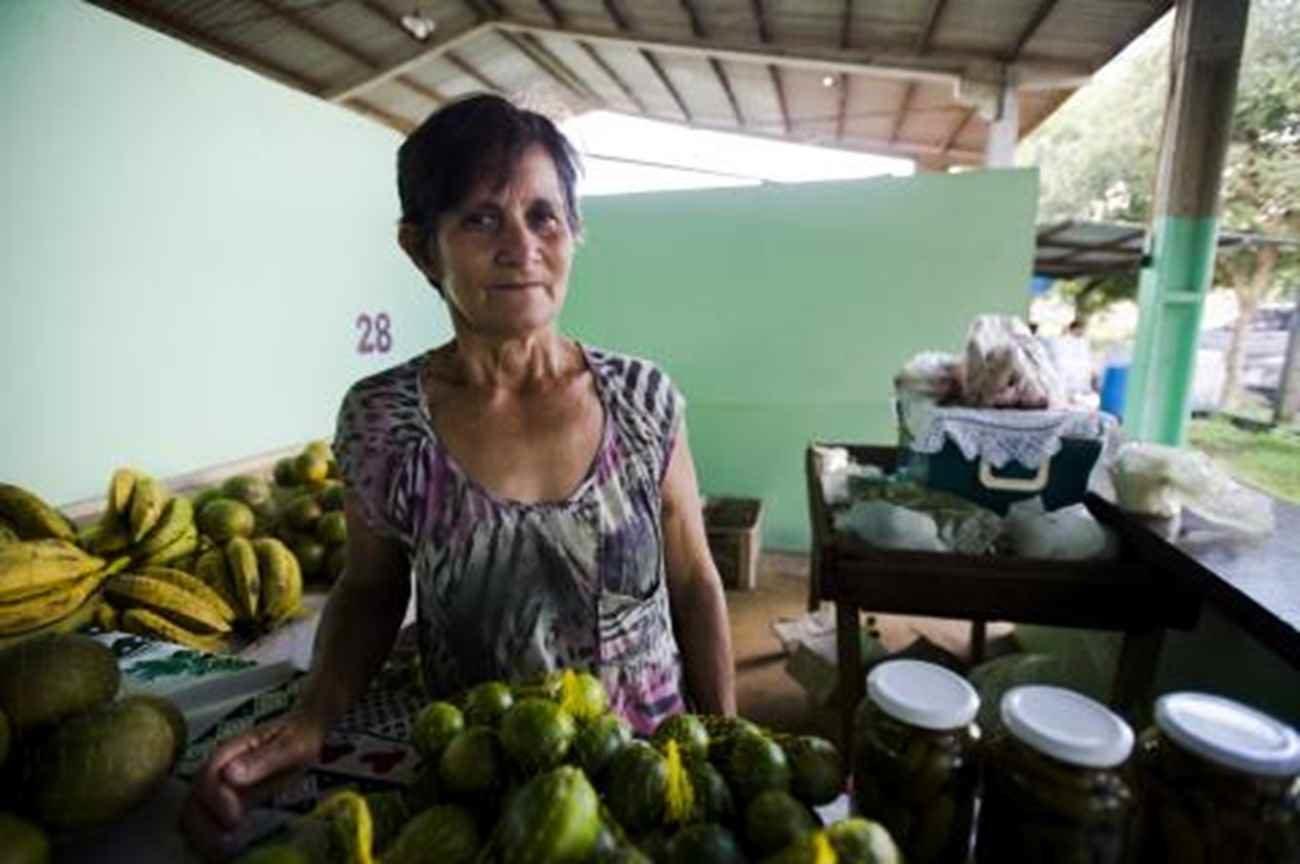 Leonilda Bus vende a produção orgânica na feira de Juruena - Marcelo Camargo/ Agência Brasil