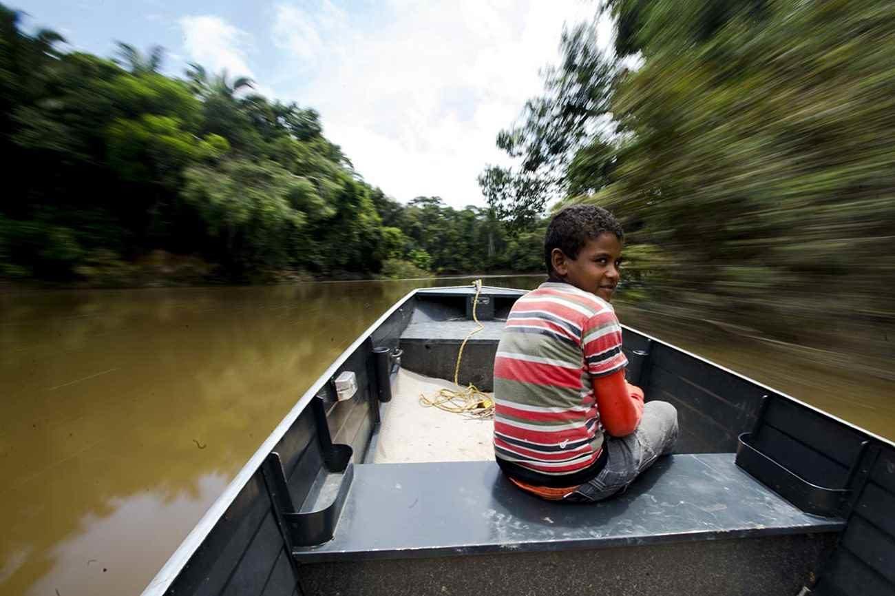 Barcos são o principal meio de transporte dos moradores - Marcelo Camargo/Agência Brasil