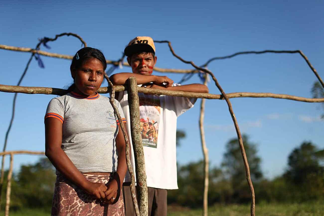 Dercíria Kaiowá, 15 anos, e Dênis Lopes, 17 anos, culpam o Ministério da Saúde pela morte do filho de 1 ano. Foto: Dida Sampaoi, Estadão