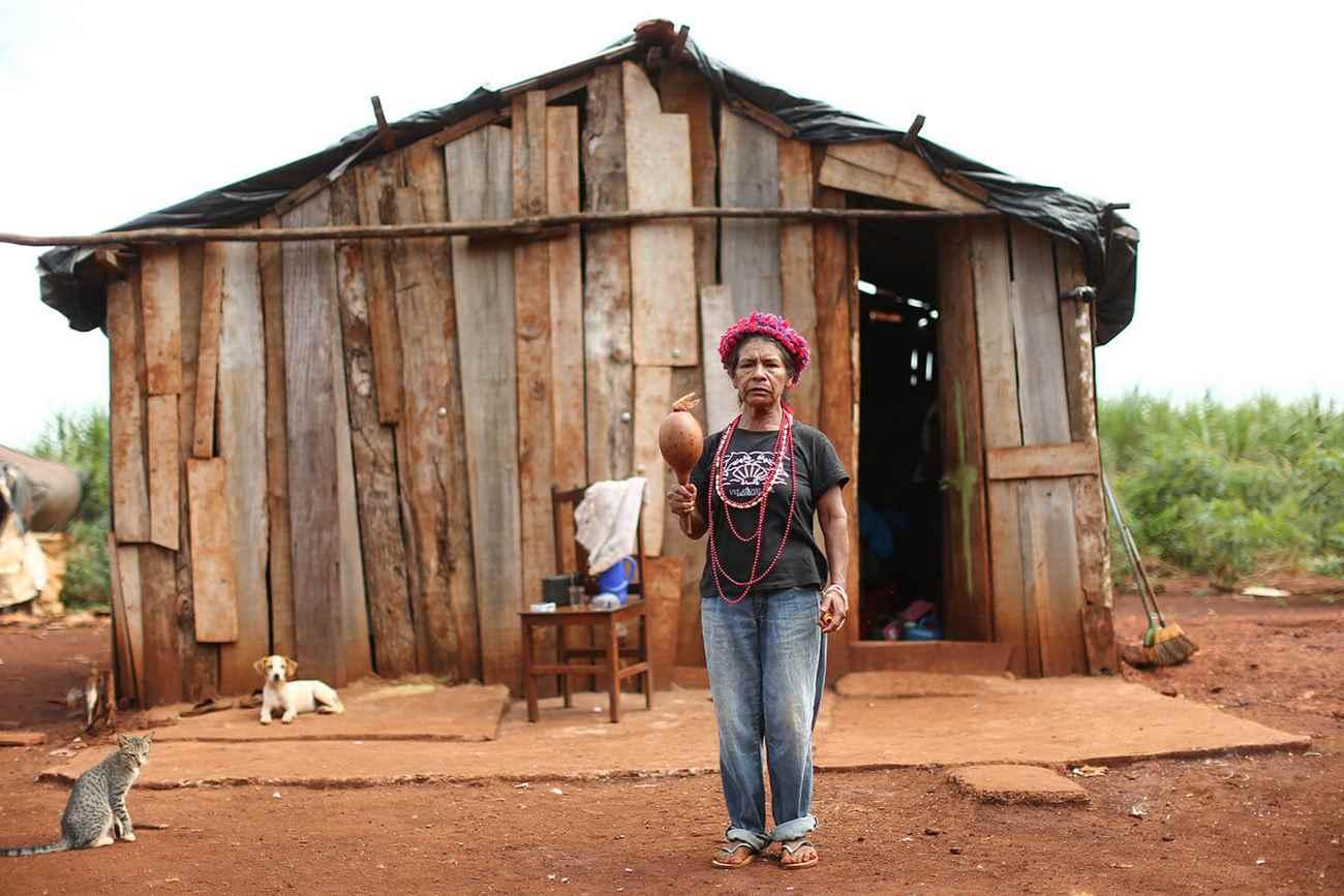 Damiana Cavanha, da etnia guarani-caiová, é uma das últimas resistências indígenas que lutam por um pedaço de terra numa área próxima ao centro de Dourados (MS), onde estão enterrados seus antepassados.. Foto: Dida Sampaio, Estadão