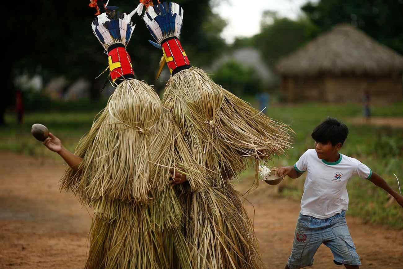 """Índios carajás ensaiam a dança dos """"Aruanãs"""", espíritos que dominam a vida e a morte da etnia. A dança faz parte de um ritual que celebra a passagens de meninos para a vida adulta, quando o garoto carajá deixa para trás o período Weryryhykỹ e entra na fase de Jiré, em seus primeiros contatos para se tornar um homem Iny. Foto: Dida Sampaio, Estadão"""