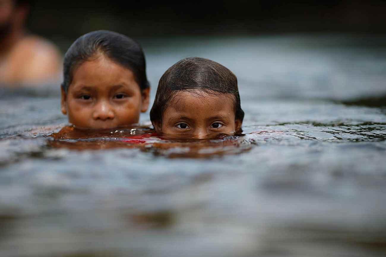 """Crianças da etnia cinta-larga tomam banho nas águas quentes do lendário Rio Roosevelt, na região de Espigão D'Oeste, em Rondônia. O rio, que originalmente se chamava """"Rio da Dúvida"""", foi batizado a partir de uma expedição feita no início do século XX pelo ex-presidente americano Theodore Roosevelt, em suas incursões pelo interior do Brasil. Índios reclamam que têm ocorrido casos de contaminação da água, por conta do uso de defensivos agrícolas nas cabeceiras do rio, na região de Vilhena. Foto: Dida Sampaio, Estadão"""