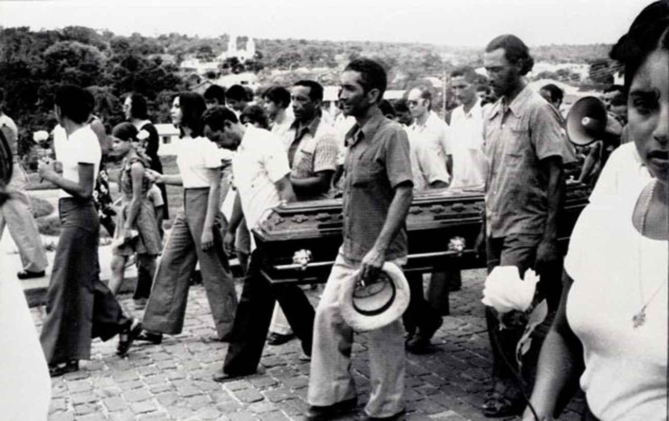 Enterro de Burnier em 1976. Morte deixou clima tenso na região